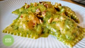 Ravioli di merluzzo con salsa di zucchine aromatizzata al limone e noci tostate
